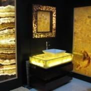 Vonios interjeras iš onikso