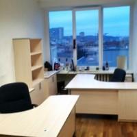 Biuro stalas su stacionarių stalčių bloku